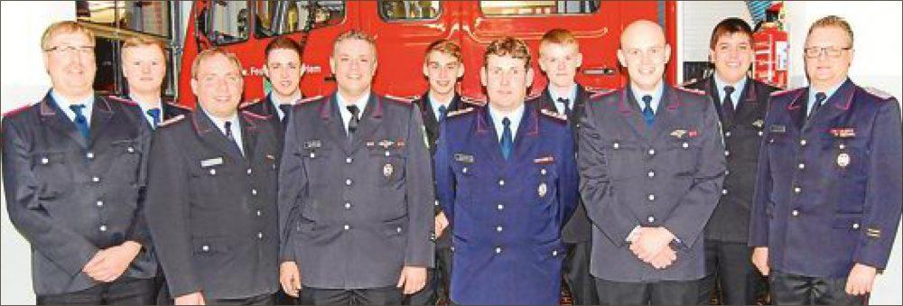 Ernennungen und Beförderungen standen bei der Feuerwehr Schweindorf auf der Tagesordnung. Höhepunkt war die Ehrung von Henning Ihnen (5. von rechts). BILD: GERHARD FRERICHS
