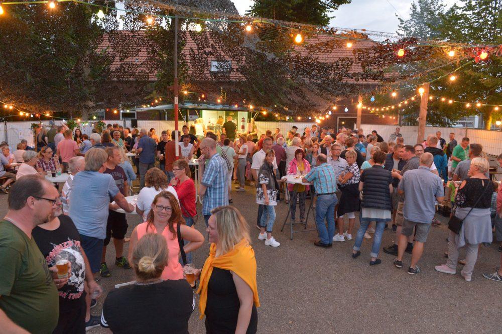 Grillen unter dem Tarnnetz @ Dorfgemeinschaftshaus Schweindorf